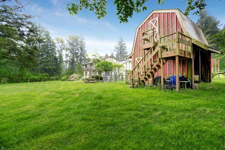 tuin huis op achtertuin met kleine rode schuur schuur Stockfoto