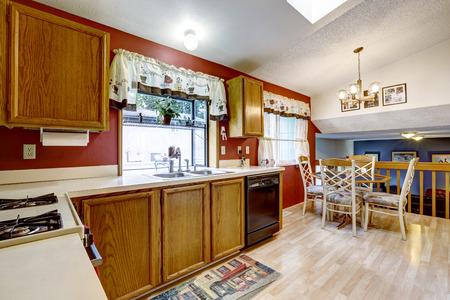 Kühlschrank Licht : Küche raum mit roten wand weiß kühlschrank und licht parkett. mit