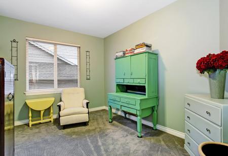 muebles de madera: habitación en el sótano entre otras con cómodo sillón y muebles de madera vieja