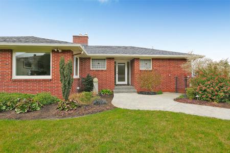Maison en brique rouge avec toit de tuiles. Vue générale devant Banque d'images - 59955910