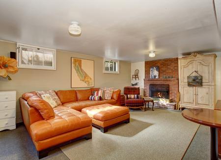 Elegante salón con conjunto de sofás de cuero, chimenea de ...
