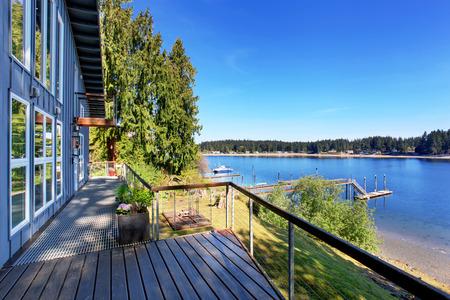 Staking dek van luxuus huis met een prachtig uitzicht over het meer. House exter.