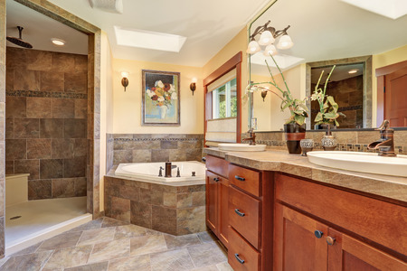 baño principal con piso de piedra preciosa y el interior shower.House grande. Foto de archivo