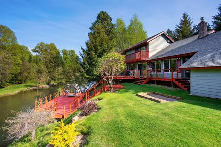 Hinterhofansicht des Luxus roten und blauen amerikanischen Landhaus mit erstaunlichen Landschaft