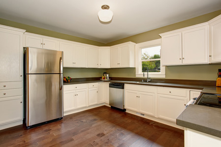 cocina vieja: White empty simple old kitchen room with hardwood floor in American historical house. Foto de archivo