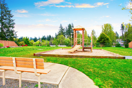 superficie: Área de patio trasero con juegos de madera para niños con columpios y toboganes y patio lleno de hierba