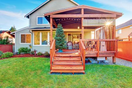 #60403718   Hinterhof Haus Außen Mit Holz Ausstand Deck Und Veranda