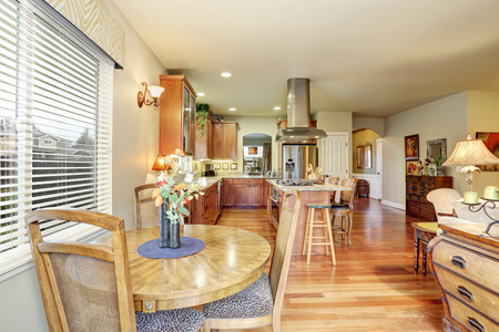 Cozy dining area with hardwood floor connected to kitchen 版權商用圖片
