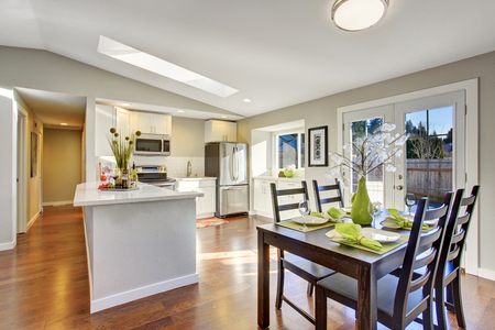 dining area: Open plan floor kitchen room with hardwood floor and dining area Stock Photo