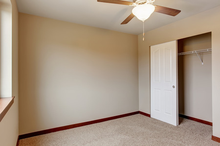 remodeled: Empty room interior with carpet floor, beige walls and walk-in closet Stock Photo