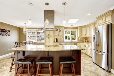 kitchen counter top: Luxury kitchen interior in light beige color with back splash trim and tile floor Stock Photo