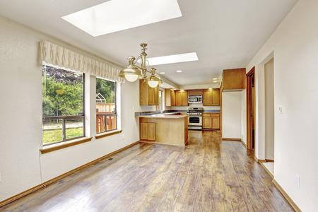 silla de madera: Cocina con gabinetes de madera de oro y piso de madera. hogar estadounidense sencilla. Noroeste, EE.UU.
