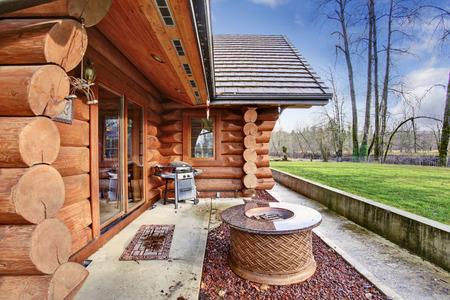 Große Blockhaus Haus exter mit Terrasse. Northwest, USA