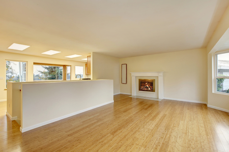 Empty living room interior with polished hardwood floor and fireplace. Northwest, USA Archivio Fotografico