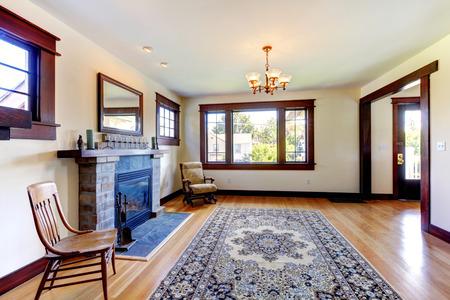 stanza vuota con camino e tappeto in una vecchia casa bella