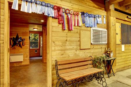 escarapelas: establo de caballos estable limpia hermosa. salas de almacenamiento con caballos ganadores rosetas en las paredes. Noroeste, EE.UU.