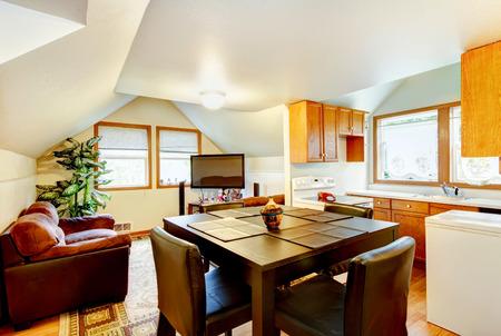 superficie: Comedor y cocina interior con techo abovedado blanco. Y una pequeña zona de estar con TV. Noroeste, EE.UU.