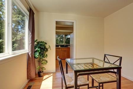 Repas des chaises en osier avec une table en verre près de la fenêtre. Northwest, États-Unis