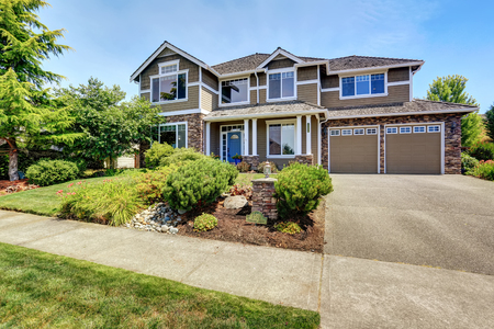 curb appeal: A very neat American house with gorgeous outdoor landscape. Northwest, USA. Stock Photo