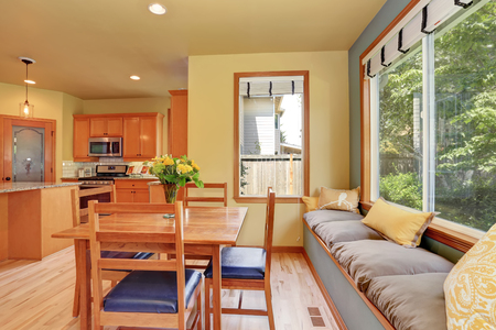 Área de comedor con mesa de madera y lugar acogedor para sentarse. Noroeste, EE. UU. Foto de archivo