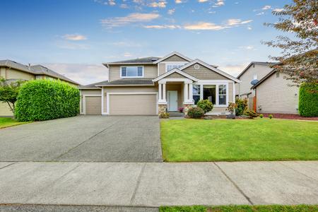 Neat maison beige avec deux places de garage et grande allée en béton. Northwest, États-Unis Banque d'images
