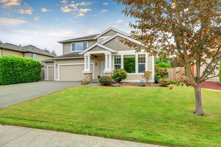 Nette beige huis met twee Garage en goed onderhouden voortuin. Northwest, USA