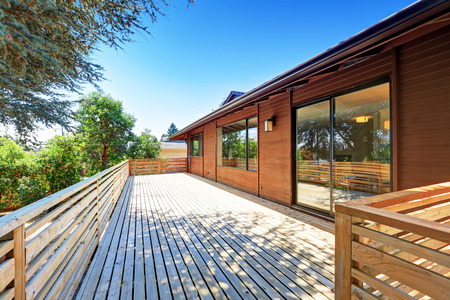 garden styles: Large empty walkout deck with railings and perfect view. Northwest, USA