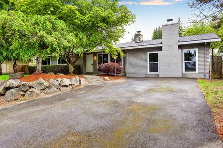 case moderne: Americana casa di un livello esterno con passerella in cemento e ben curato giardino. Northwest, Stati Uniti d'America