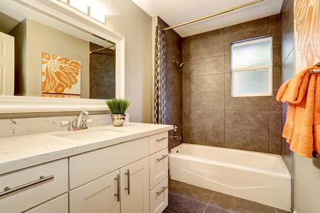 Badezimmer Inter mit weißen Eitelkeit, große Spiegel und Fliesenboden. Northwest, USA Standard-Bild - 61274731