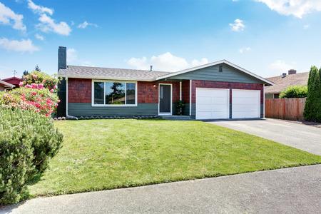 American één niveau huis buitenkant met dubbele garage. Northwest, USA