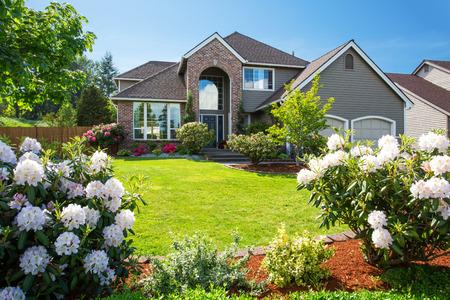 Luxe huis Exter met baksteen en spooraansluiting trim en dubbele garage. Goed onderhouden tuin rondom. Northwest, USA Stockfoto
