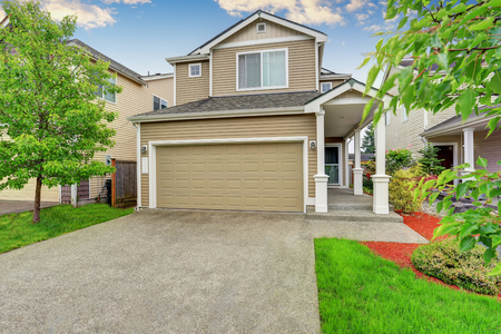 curb appeal: American house exterior with garage, driveway and well kept lawn. Northwest, USA Stock Photo