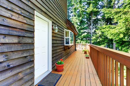 Balkon Haus außen mit Holzverkleidung und Blumen Töpfe. Auch Holzgeländer. Northwest, USA Standard-Bild - 61274572