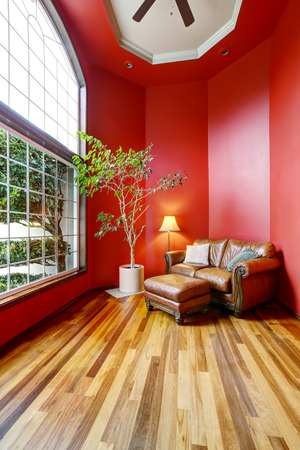 Rest area with red walls, big window and leather sofa. Northwest, USA Stockfoto