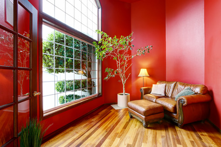 rea: Rest area with red walls, big window and leather sofa. Northwest, USA Stock Photo