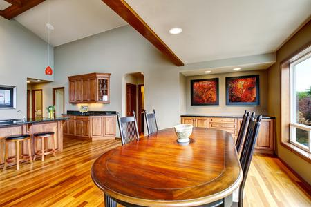 Open plattegrond eethoek met tafelset verbonden met keuken met granieten aanrechtblad. Northwest, VS. Stockfoto