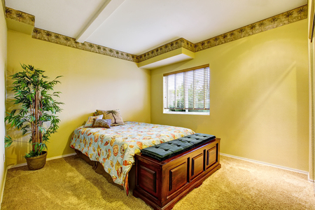 yellow walls: Bedroom interior with yellow walls and carpet floor. Northwest, USA Stock Photo
