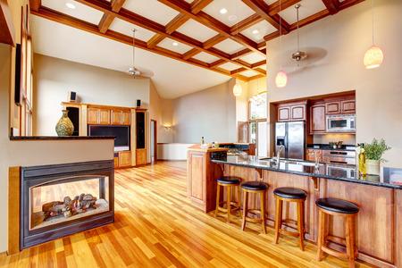 Open floor plan. Living room, kithen and dining area with hardwood floor. Northwest, USA Archivio Fotografico