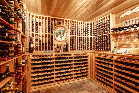 Lumineux cave à vin de la maison avec des unités de stockage en bois et arc avec des bouteilles. Northwest, États-Unis Banque d'images - 61356079