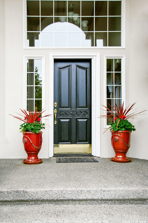 Casa de lujo puerta de entrada con porche Exter suelo de cemento. Noroeste, EE.UU.