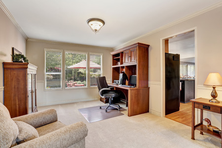 muebles de madera: oficina en casa acogedora con muebles de madera y suelo de moqueta. Noroeste, EE.UU.