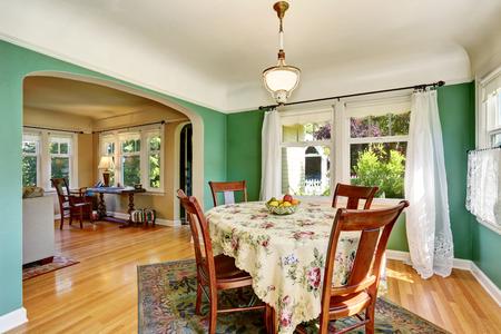 comedor tradicional con juego de mesa de madera. Plan de piso abierto. Noroeste, EE.UU. Foto de archivo