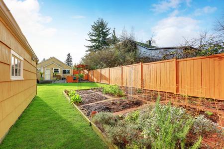 家の近くのフェンスで囲まれた裏庭で上がったベッドと小さな菜園。米国北西部 写真素材