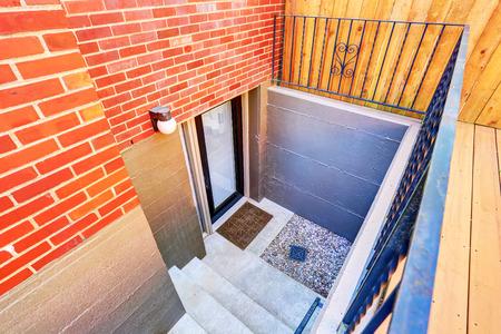 Außentreppe führt zu U-Bahn-Keller des Backsteinhaus. Northwest, USA
