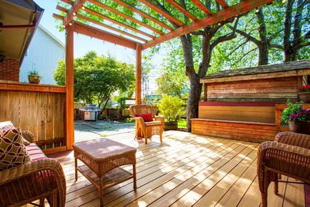 mimbre: cubierta del patio trasero con muebles de mimbre y una pérgola. Noroeste, EE.UU. Foto de archivo