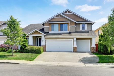 Classique extérieur de la maison américaine avec revêtement assiette et garage. Northwest, États-Unis