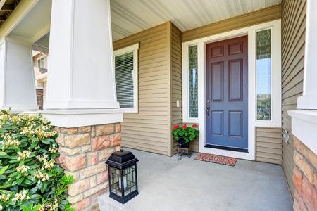 Frente puerta de entrada con porche piso de concreto y la olla de flores. Noroeste, EE.UU.