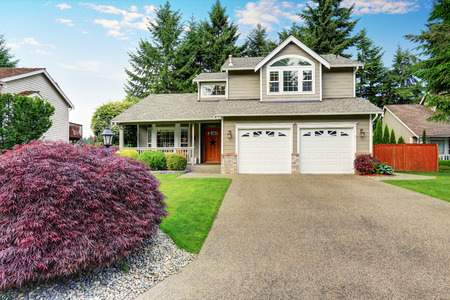 curb appeal: Curb appeal. American house exterior with double garage, concrete floor porch and well kept lawn. Northwest, USA