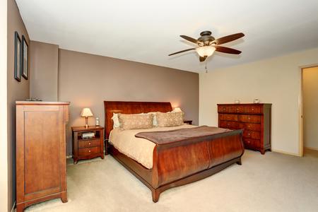 northwest: Bedroom interior with wooden furniture and carpet floor. Northwest, USA Stock Photo