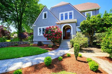 Amerikanischen Handwerkerhaus exter. Mit Blick auf Eingangstür und Veranda mit Betontreppen. Schöne Landschaft Design um. Northwest, USA